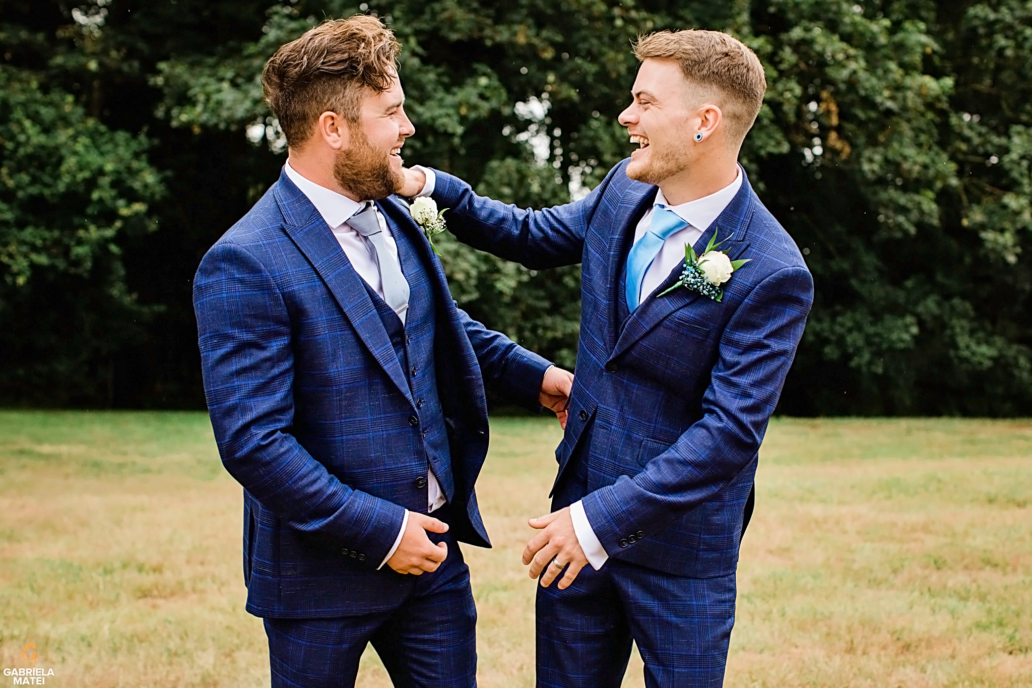 The groom and his groomsman laughing