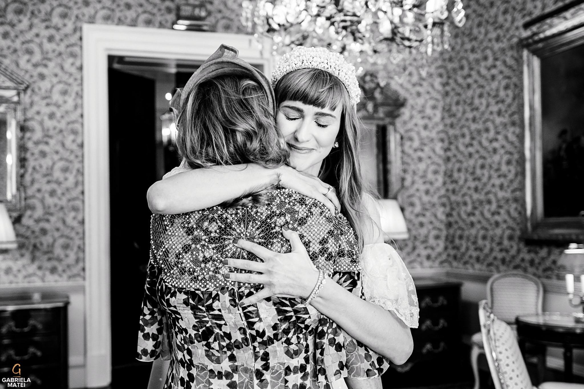 Bride hugging her mum in Queen Elisabeth room at The Ritz in London