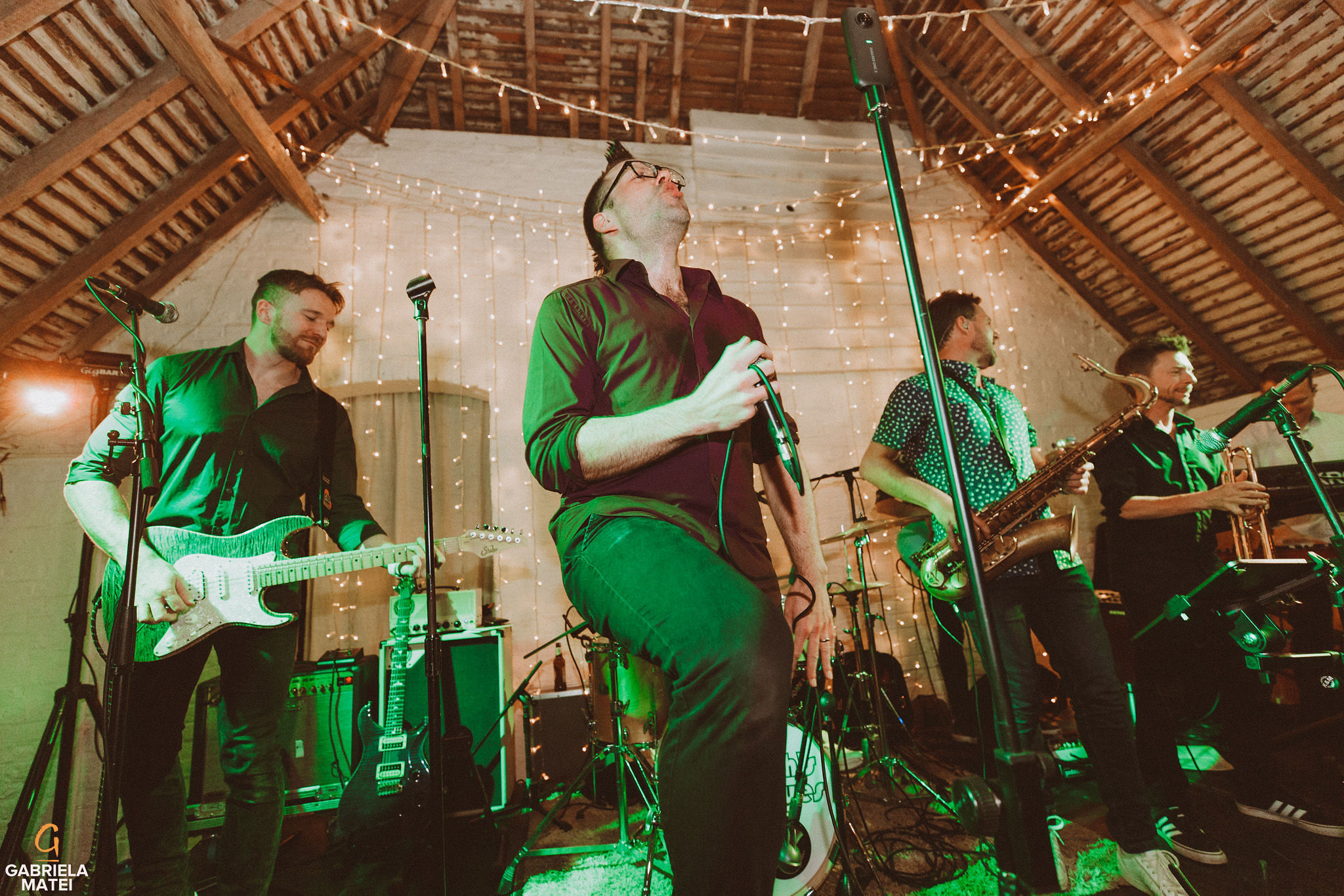 Wedding music band singing at South Stoke Barn wedding venue in Arundel by gabriela matei sussex photographer
