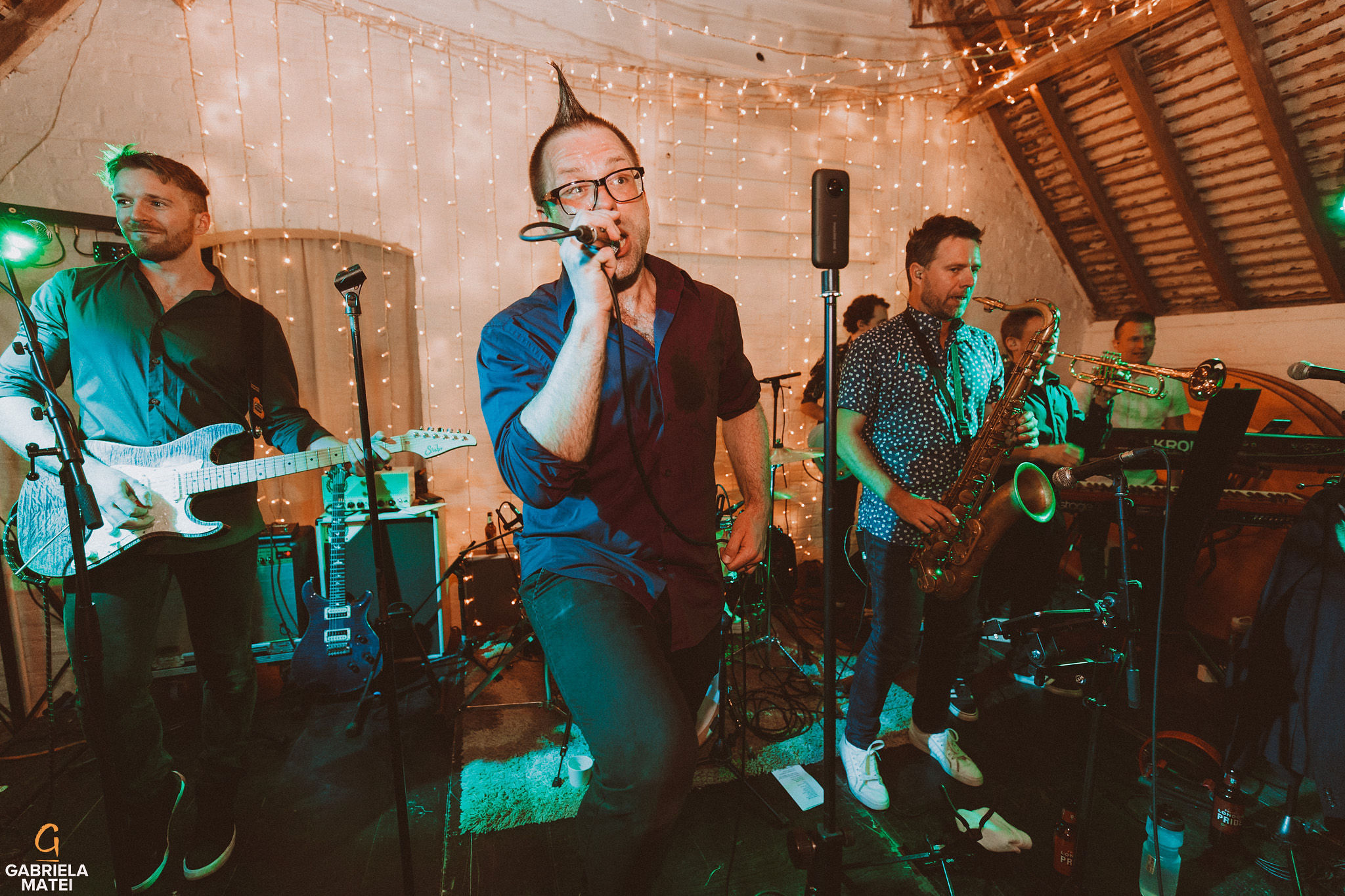 Music band singing at South Stoke Barn wedding venue in Arundel by gabriela matei sussex photographer