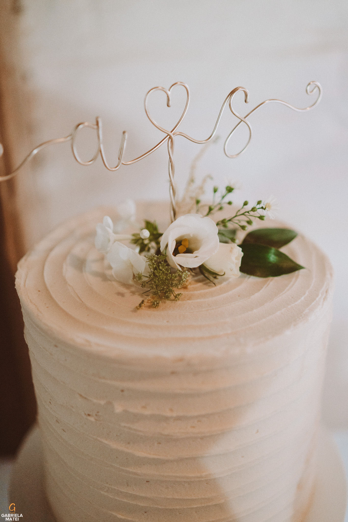 wedding cake at South Stoke Barn wedding venue in Arundel by gabriela matei sussex photographer